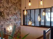 Atelier, palmiers et lumières dorées; un palier optimisé