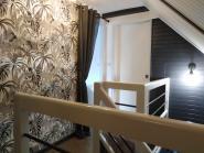 Un escalier repensé  tout en nuances de gris et blanc